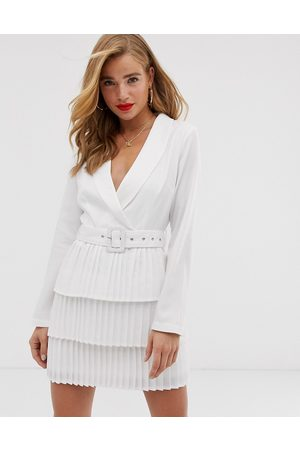 In The Style Ženy Plisovaná - X Dani Dyer plunge front blazer dress with pleated skirt in white