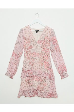 New Look Ženy Volnočasové - Chiffon tiered mini dress in pink ditsy floral print