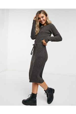 Pieces Knitted midi dress with tie waist in chocolate-Brown