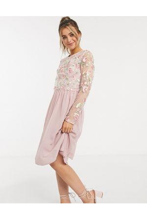 Chi Chi London Ženy Midi - Embroidered lace midi dress in pink