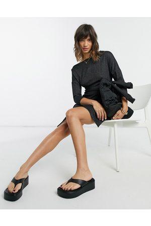 Closet Ženy Na párty - Off shoulder cropped sleeve wrap mini dress in black