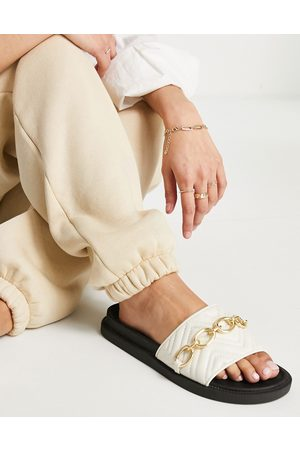 London Rebel Ženy Sandály - Chunky quilted chain sliders in off white