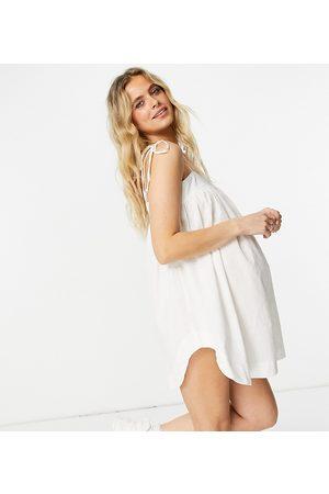 ASOS Ženy Overaly krátké - ASOS DESIGN maternity tie shoulder seersucker swing playsuit in white