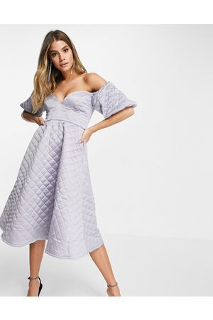 ASOS Ženy Na párty - Premium satin quilted off shoulder prom midi dress in silver grey