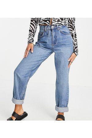ASOS Ženy S vysokým pasem - ASOS DESIGN Petite high rise 'slouchy' mom jeans in midwash-Blue