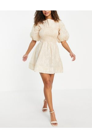 ASOS Ženy Na párty - Jacquard shirred mini skater dress with bow back and puff sleeves in beige-Neutral