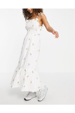 ASOS Ženy S potiskem - Textured shirred midi dress with floral embroidery in white