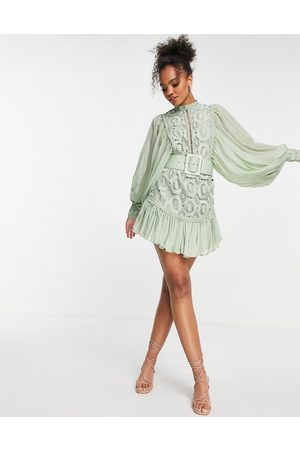 ASOS Ženy Na párty - Lace mini dress with pleated sleeve and belt in sage-Green