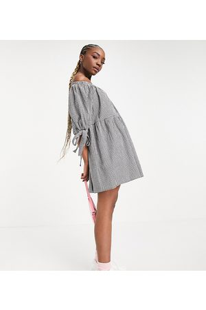 ASOS Ženy Volnočasové - ASOS DESIGN Tall off shoulder tiered mini dress with tie sleeves in black and white gingham-Multi