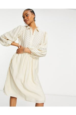 Vila Ženy Volnočasové - Polka dot midi shirt dress with crochet insert-White