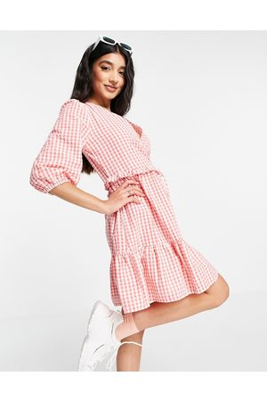 New Look Ženy Volnočasové - Wrap tie tiered mini dress in pink gingham
