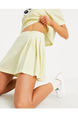 adidas Originals Ženy Krátké - Tennis Luxe' logo pleated skirt in hazy yellow