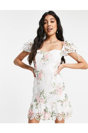Love Triangle Ženy Na párty - Floral lace mini dress with puff sleeves in pink and white-Multi
