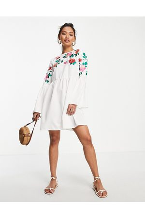 ASOS Ženy Na párty - Fluted sleeve embroidered mini smock dress in white