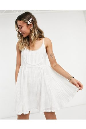 ASOS DESIGN Ženy Na párty - Mini cami smock sundress with pintucks and crochet lace in white