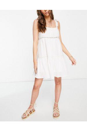 ASOS Ženy Na párty - Tie shoulder lace insert smock mini sundress in white