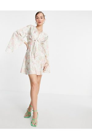 ASOS DESIGN Ženy Na párty - Cape sleeve satin mini dress with knot front in cream floral-White