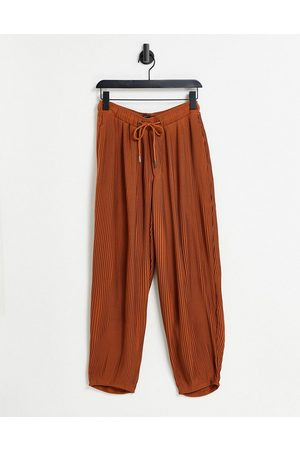 ASOS Muži Chino - Oversized tapered smart trouser in rust plisse with elasticated waist-Brown