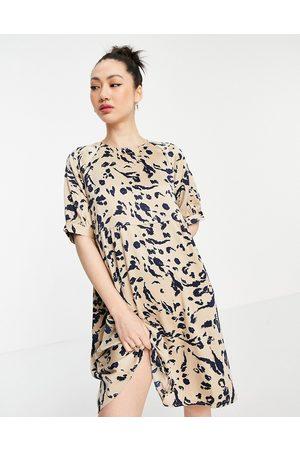 Vero Moda Ženy Volnočasové - Tie back satin mini shift dress in beige abstract print-Multi