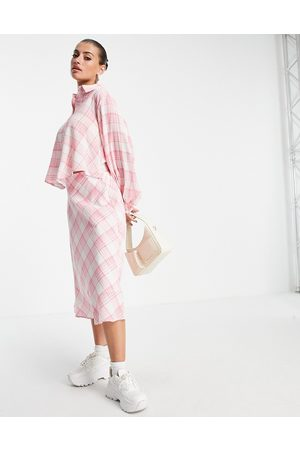 Lost Ink Ženy Volnočasové - Midaxi shirt dress with tie front in neon check-Pink