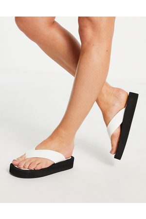 Truffle Collection Ženy Sandály - Flatform toe thong sandals in white