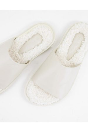 Truffle Collection Ženy Sandály - Fur footbed sliders in cream-White