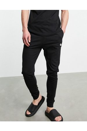 Le Breve Muži Tepláky na spaní - Lounge co-ord cuffed pants in black with red band