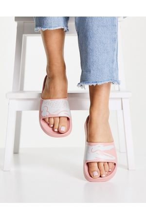 Lacoste Ženy Sandály - Croco 2.0 sustainable logo slides in pink