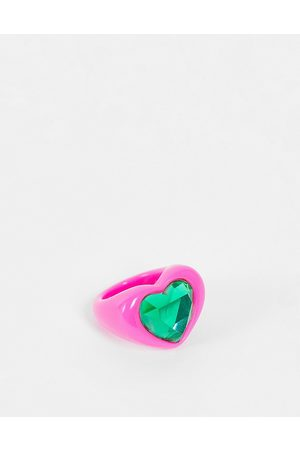 ASOS Ženy Prstýnky - Ring in heart shape with emerald green jewel in hot pink plastic