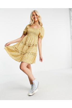 Influence Ženy Volnočasové - Shirred bust tiered mini dress in yellow floral print-Multi