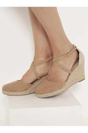 Camaïeu Světle hnědé sandále na klínku v semišové úpravě