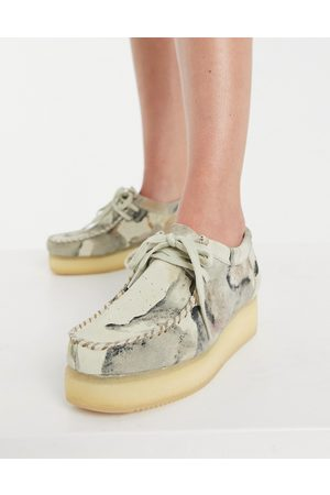 Clarks Wallacraft Lo flatform shoes in off white camo