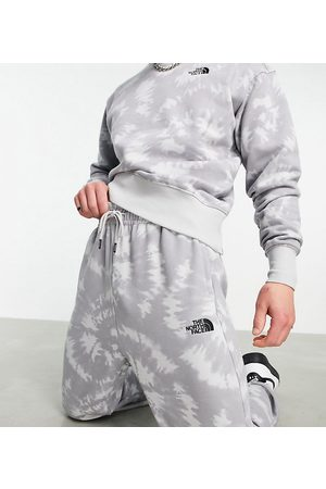 The North Face Muži Teplakovka - Oversized Essential joggers in grey tie dye Exclusive at ASOS