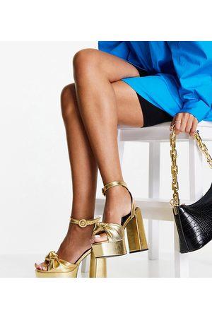 ASOS Ženy S otevřenou špičkou - Wide Fit Note knotted platform heeled sandals in gold