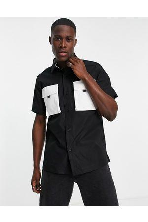 Topman Muži S krátkým rukávem - Short sleeve shirt in black with contrast pockets