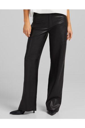 Bershka Ženy Kožené kalhoty - Straight leg faux leather trouser in black