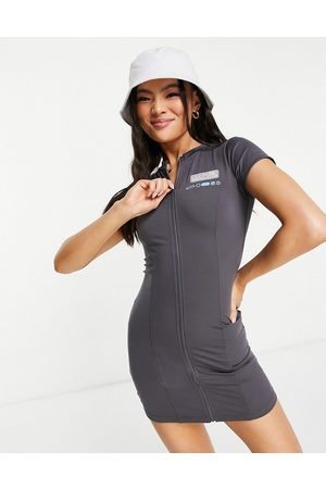 The Couture Club Ženy Přiléhavé - Fitted zip through mini dress in charcoal-Grey