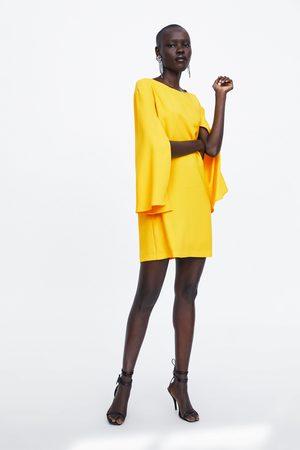 Zara šaty s pelerínovým rukávem
