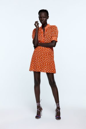Zara šaty s květinovým potiskem a štrasovým knoflíkem